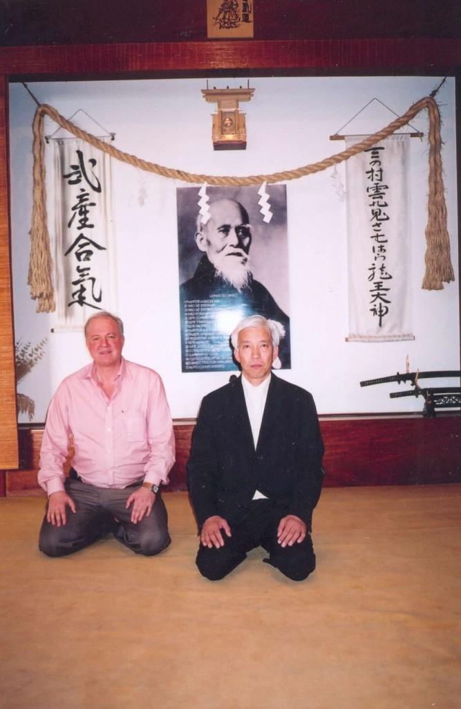 O atributo alt desta imagem está vazio. O nome do arquivo é Doshu-Moriteru-Ueshiba-e-Shihan-Wagner-Büll-Instituto-Takemussu20061-667x1024.jpg